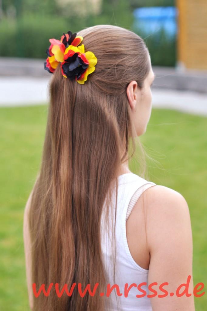 Half Up mit einer Krebsspange, 2 Bobby Pins mit Blumen und einer Haarnadel mit Blumen
