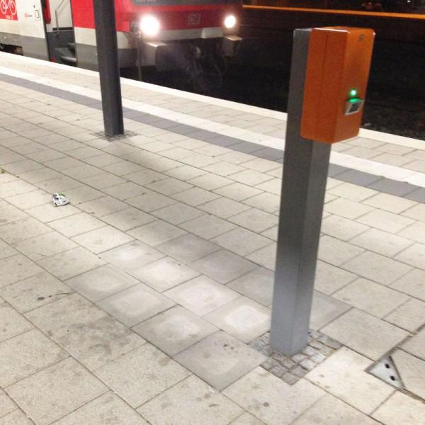 """Da stand wohl auch mal ein Fahrscheinautomat an """"meinem"""" Gleis..."""